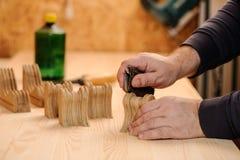 Snickarehänder som polerar trä med sandpapper Royaltyfri Fotografi