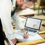 SnickarehantverkareHandicraft Wooden Workshop begrepp royaltyfria bilder