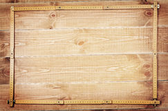 Snickarelinjal och träplankor royaltyfria foton