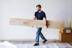 Snickareman som installerar trägolvet arkivfoto