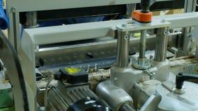Snickaren ändrar drillborrbiten på en drillborrsnickerimaskin, closeup stock video