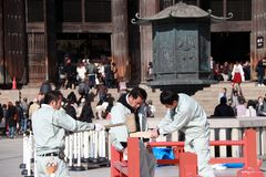 Snickaren för tre japan är konstruktion etappen, genom att använda ett trähammareslag till delarna av etappen royaltyfri bild