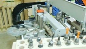 Snickaren ?ndrar drillborrbiten p? en drillborrsnickerimaskin, closeup stock video
