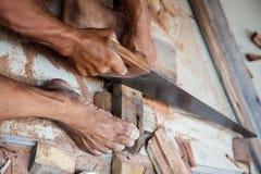 Snickaren som mannen klippte trät såg förbi Royaltyfria Foton