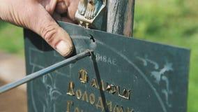 Snickaren vrider skruvar på en trästruktur arkivfilmer