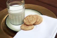 Snickerdoodle kakor på den guld- plattan med mjölkar royaltyfria foton