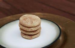 Snickerdoodle kakor som staplas på en guld- platta royaltyfri bild