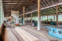 Snickerifabrik med afrikanska operatörer royaltyfri foto