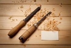 Snickerihjälpmedel på wood tabellbakgrund med Royaltyfria Foton
