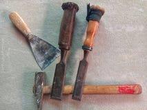 Snickerihjälpmedel som inkluderar; hammare, rest och andra arkivfoton