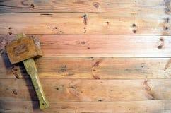 Snickerihjälpmedel - träklubba arkivfoto