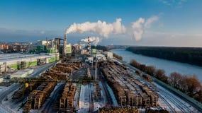 Snickeriväxt Trä som bearbetar bransch Fabrik för möblemangproduktion med förbehandlat trä Flyg- granskning royaltyfri foto