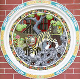 snida den kinesiska runda tempeltigerväggen Arkivbilder