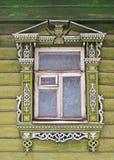 snida det trädekorerade gammala fönstret Arkivbilder