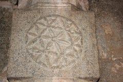 Snida för pelare för sten för blom- design för Hampi Vittala tempelspiral Royaltyfria Bilder