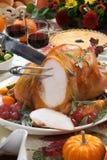 Snida grillade Turkiet på skördtabellen Royaltyfri Fotografi