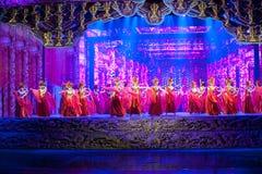 Snida och hembiträdet--Den historiska magiska magin för stilsång- och dansdrama - Gan Po Arkivfoton