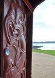 Snida på huset för maorikrigkanot Royaltyfria Bilder