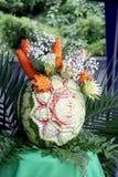 Snida på nya grönsaker och frukt Arkivbilder