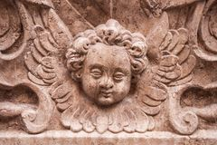 Sniden återgivning av keruben, bevingad övernaturlig kristen biblisk varelse, Petersfriedhof, Salzburg, Österrike royaltyfri bild