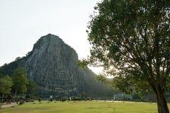Sniden buddha bild från guld på klippan på Khao Chee chan Royaltyfri Foto