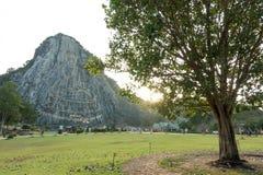 Sniden buddha bild från guld på klippan på Khao Chee chan Royaltyfri Fotografi