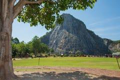 Sniden buddha bild från guld på klippan på Khao Chee chan, Pattaya, Thailand Arkivfoto