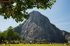 Sniden buddha bild från guld på klippan på Khao Chee chan, Pattaya, Thailand Arkivbild