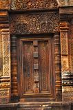 Sniden dörr, Banteay Srei tempel, Angkor, Cambodja Citadellen av kvinnor, denna tempel innehåller det mest fin, mest invecklade c Arkivbilder