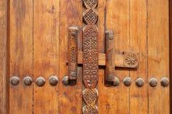 sniden dörr som låser det traditionella gammala systemet Royaltyfri Foto