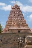 Sniden förmyndare på porten av en hinduisk tempel i Tamil Nadu Arkivbild