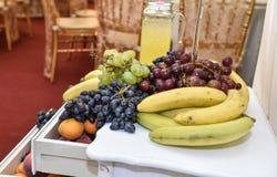 Sniden fruktordning olika nya frukter exotiska frukter för sortiment Arkivfoton