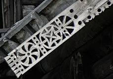 Sniden platband på en trästruktur av reserven Kizhi (Ryssland) Royaltyfria Foton