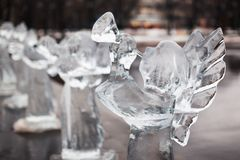 Sniden skulptur av den djupfryst ängeln i is Arkivbild