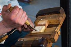 Snider den iklädda folkdräkten för träsnidaren från trä Fotografering för Bildbyråer