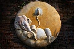 Snidit cement av Ganesha på tegelstenväggen Royaltyfri Fotografi