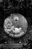 Snidit cement av Ganesha på tegelstenväggen svart white Royaltyfri Foto