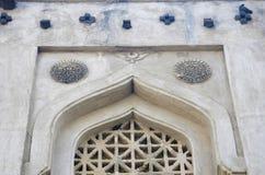 Snidit fönster av gravvalvet av Mujahid Shah, skaftGumbaz komplex, Gulbarga, Karnataka royaltyfri fotografi