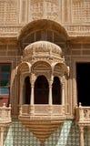 Snidit fönster i den Mandir slotten, Jaisalmer, Rajasthan, Indien Arkivfoton