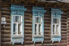 Snidit fönster i trälandshus för gammal ryss Royaltyfria Foton