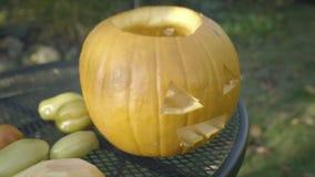 Snidit huvud för fågelskrämma för halloween pumpa kusligt Förbereda allhelgonaaftonpumpor stock video
