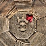 1982 snidit i trä med en röd blomma Fotografering för Bildbyråer