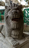 Snidit lejon på ingången av Taoisttemplet på den Lamma ön royaltyfri foto