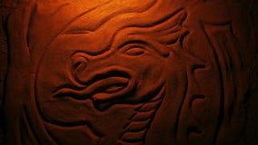 Snidit stena draken i brandglöd stock video