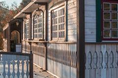 Snidit träbyhus och ett staket Royaltyfri Bild