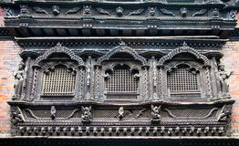 Snidit träfönster på den Bhaktapur slotten, Kathmandu Valley, Nep Arkivfoto