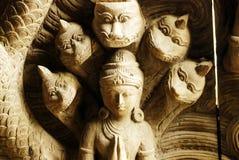 Snidit träfolk och draken. arkivbilder