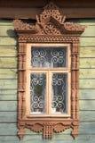 snidit träramfönster Royaltyfria Foton