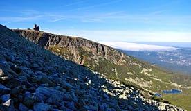 Sniezne som är jamy i Krkonose berg Royaltyfria Foton