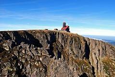 Sniezne som är jamy i Krkonose berg Royaltyfri Bild